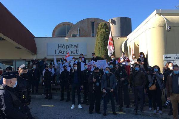 Comité d'accueil des syndicats FO et CGT à l'hôpital l'Archet à Nice.