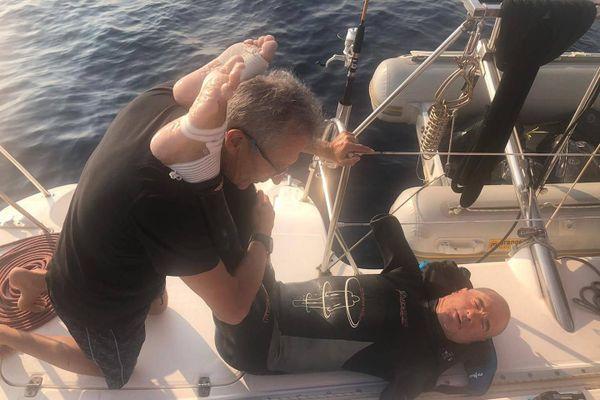 Thierry Corbalan sur le catamaran de son équipe avec son kiné