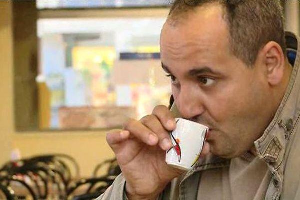 Portrait de Yassir Yebba dans un café