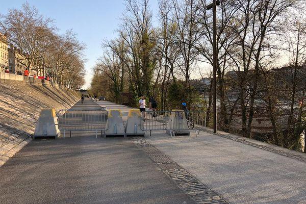 Terminées les promenades à pied ou à vélo sur les berges du Rhône ... des barrières et des plots de béton en barrent l'accès.