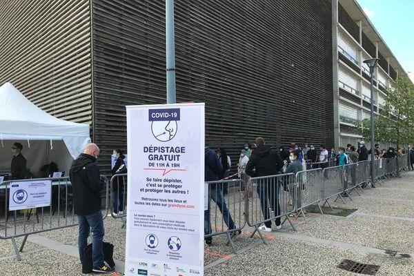 Une opération de dépistage gratuit de la Covid 19 (test virologique PCR) organisée ce lundi 31 août à la sortie du métro D, gare de Vénissieux... Avant même l'ouverture du point de dépistage, une centaine de personnes étaient présentes....