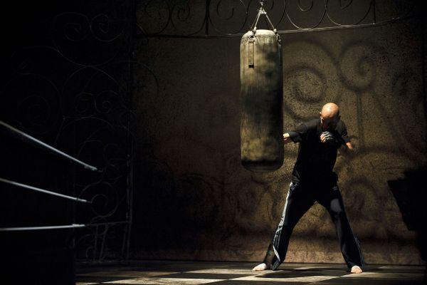 """Mourad Merzouki s'échauffe avant une représentation de """"Boxe, boxe"""", en octobre 2010 lors de la Biennale de la danse à Lyon."""