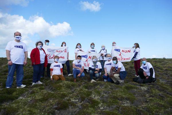 Une partie du collectif Vent de Bout sur le site de la future éolienne, à Penn Arlan, au sud-est de l'île d'Ouessant
