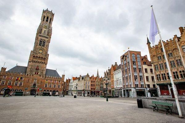 La place de Bruges, déserte à cause du coronavirus, devrait retrouver un peu de vie dès demain.