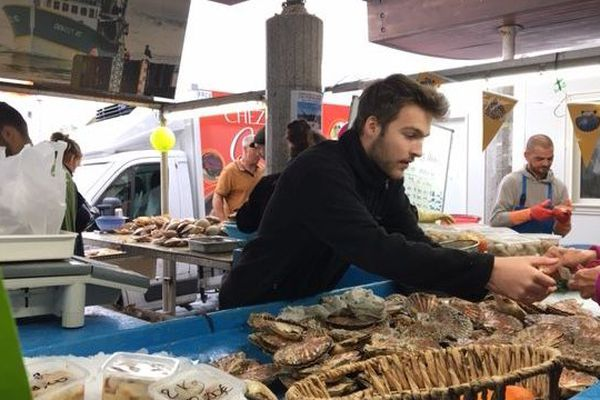 Le dernier jour de la fête de la coquille à Ouistreham avait lieu dimanche 20 octobre. La coquille était vendue en moyenne 5 euros le kilo.