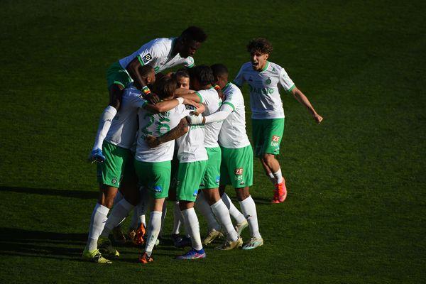 La joie dans l'effectif stéphanois après le 2eme but de la rencontre contre Nîmes, une réalisation de l'attaquant gabonais Denis Bouanga.