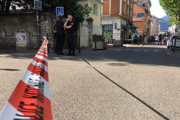 Des policiers sur place dans le quartier Saint-Bruno après la fusillade.