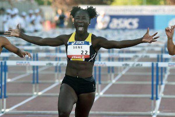 L'athlete de Besançon Awa Sene célèbre sa victoire au 100m haies, aux Championnats de France d'athlétisme, le 7 juillet 2018.