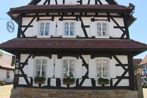 Le blanc immaculé des maisons à colombage remonte à la construction de ces dernières. Au 18e siècle, cela coûtait moins cher de laisser le blanc de la chaux.