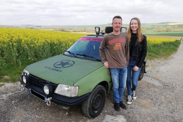 Christophe et sa fille Charlotte Ancelot devant la voiture qu'ils préparent pour le 205 Trophée 2022