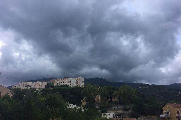 Formation orageuse au-dessus de Bastia (Haute-Corse), Col de Teghime (536m)