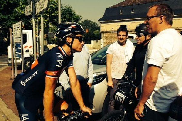 Sylvain Chavanel profite d'une pause pendant son entraînement pour discuter avec des spectateurs