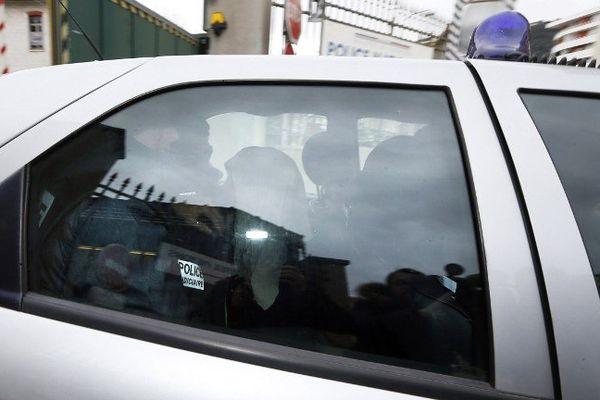 Moussa Coulibaly, agresseur mardi de trois militaires à Nice, a quitté jeudi après-midi sa cellule de garde à vue pour être transféré à Paris.