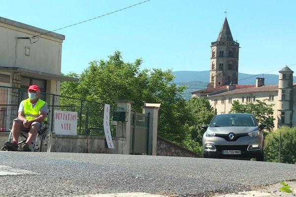 Le balai incessant des poids lourds sur l'avenue François Mitterrand à Labruguière dans le Tarn. Les riverains mobilisés et demandent à la mairie d'effectuer des travaux sans plus attendre.