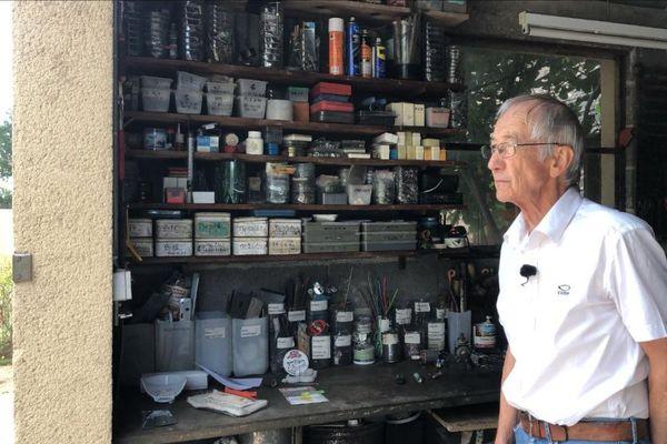 Dans son petit garage de l'Allier, Jean-Louis possède une cinquantaine de boîtes où sont triés précisément les matériaux potentiellement recyclables.