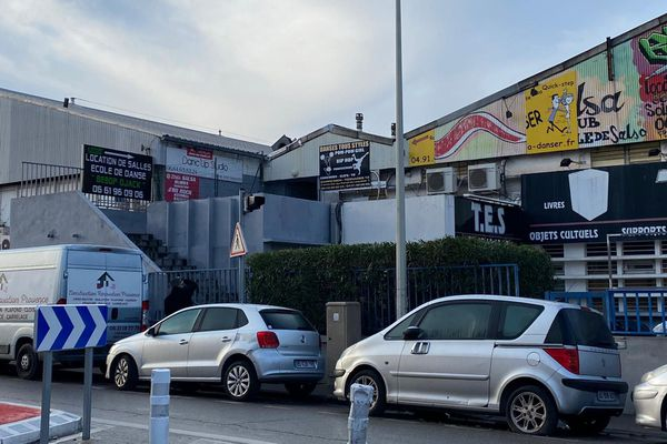 La fête clandestine s'est tenue dans un hangar du quartier dePont de Vivauxservant à la location de salles
