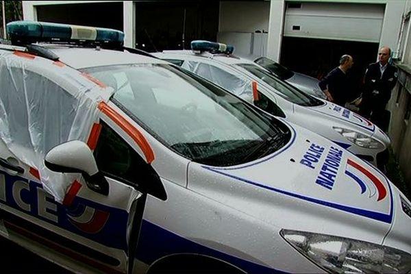 la voiture de police après l'accident ayant coûté la vie du motard de 38 ans