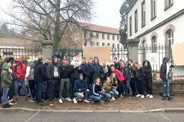 Une partie des élèves du lycée Louise-Weiss, ce mardi matin, à Sainte-Marie-aux-Mines (Haut-Rhin), l'un des plus petits lycées de France (deux secondes, deux premières et deux terminales).