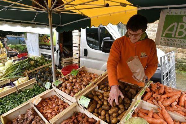 Dans la région, seulement certains marchés alimentaires sont autorisés.
