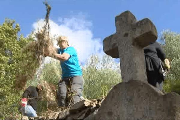 Nettoyage du cimetière du bagne de Saint-Antoine, le 1er mai 2016