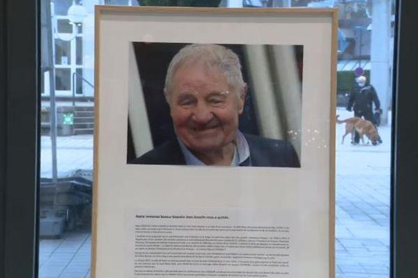 Un livre d'or en hommage à Jean Josselin en mairie de Besançon.