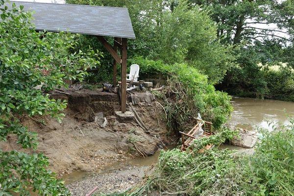 Sur les bords de ce petit ruisseau, affluent de la Touques, les dégâts sont considérables mais qui va payer ? Les riverains sont inquiets