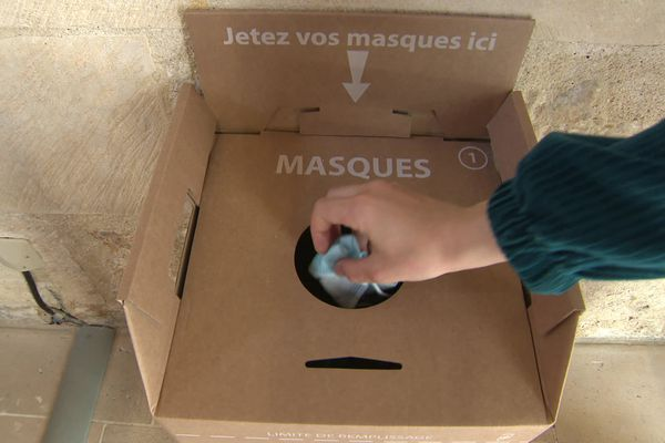 Les conteneurs installés dans les lieux publics permettent de collecter les masques en toute sécurité avant de les envoyer au recyclage.