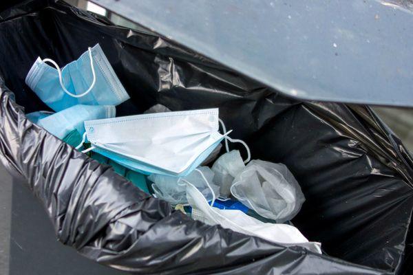 Les masques, gants et mouchoirs en papier doivent être jetés dans des sacs fermés, pour limiter les risques de contamination au coronavirus.