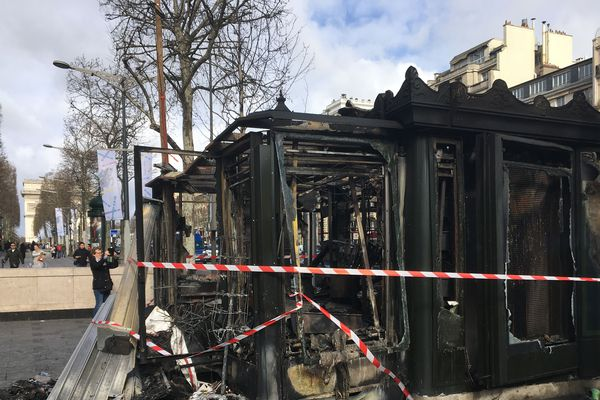 Ce qu'il reste de ce kiosque à journaux sur les Champs-Elysées, incendié samedi lors des violences survenues pendant le 18e samedi de mobilisation des Gilets jaunes.