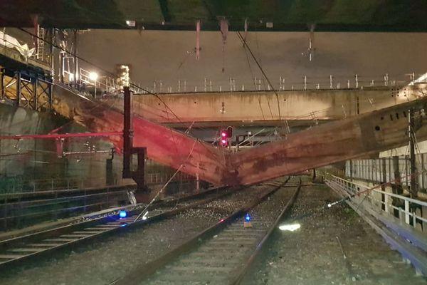 Une poutre de 400 tonnes est tombée sur les voies du RER C.
