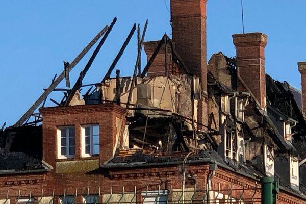 Le bâtiment principal de la clinique a été totalement ravagé par cet incendie.