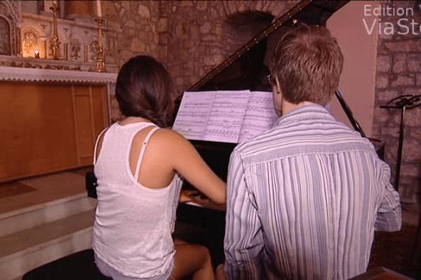 Noelia s'entraîne avec son professeur londonien dans l'église de Vero.