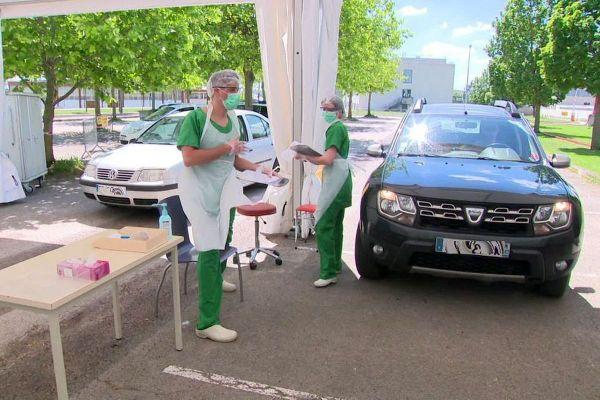 """Le CHU de Dijon a installé un """"drive"""" pour pratiquer des tests de dépistage de coronavirus Covid- 19."""