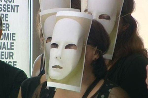 Devant la CCI de Clermont-Ferrand, 80 agents des chambres de commerce et d'industrie d'Auvergne ont décidé d'accueillir les 55 élus venus sceller leur sort le visage masqué. Pas par honte, mais par colère.