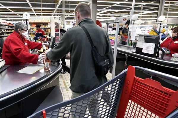 Masques, gants et gel hydroalcoolique : ce sont les mesures préconisées pour les employés des magasins d'alimentation. Des mesures qui ne suffisent pas à les rassurer.