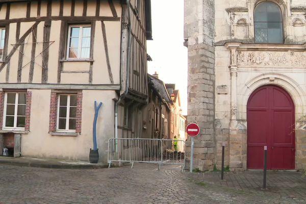 Le feu a touché trois habitations toutes proches de l'église Saint-André de Joigny.