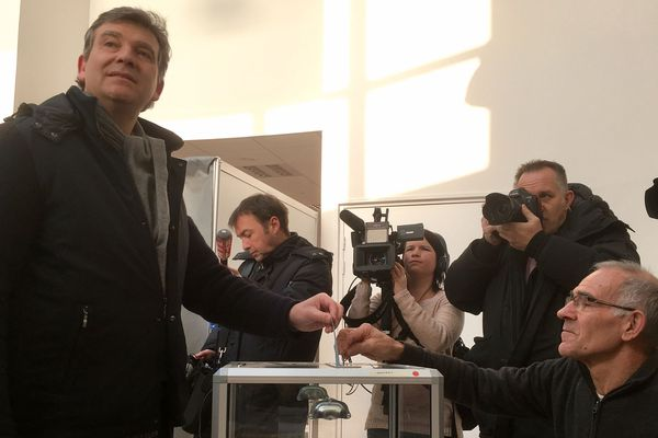 Arnaud Montebourg (à g.) dépose son bulletin dans l'urne au bureau de vote de Montret (Saône-et-Loire)