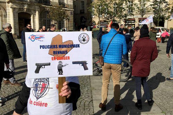 Une trentaine de policiers municipaux étaient en grève ce mardi midi pour demander des armes