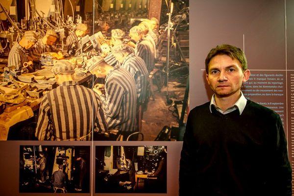 L'historien Laurent Thiery, à la Coupole d'Helfaut, devant des photos des déportés de Dora.