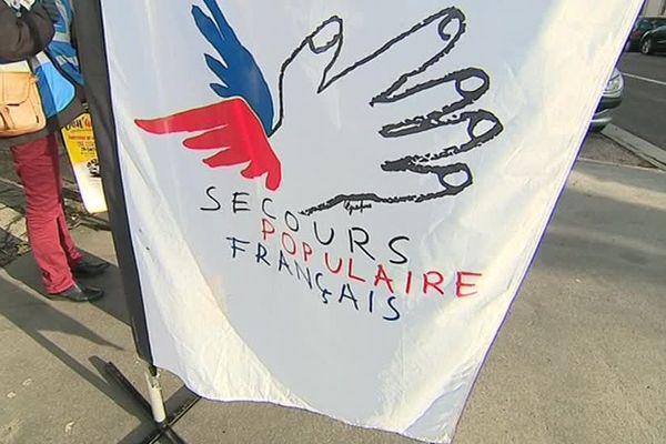 Drapeau du Secours Populaire Français.