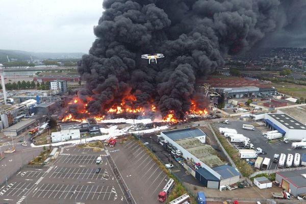 Incendie de l'usine Lubrizol de Rouen le 26 septembre 2019 vu du ciel par un drone des sapeurs pompiers de Seine-Maritime