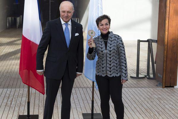 Le ministre français des Affaires étrangères, Laurent Fabius, et la secrétaire exécutive de la convention-cadre des Nations unies pour les changements climatiques, Christiana Figueres.