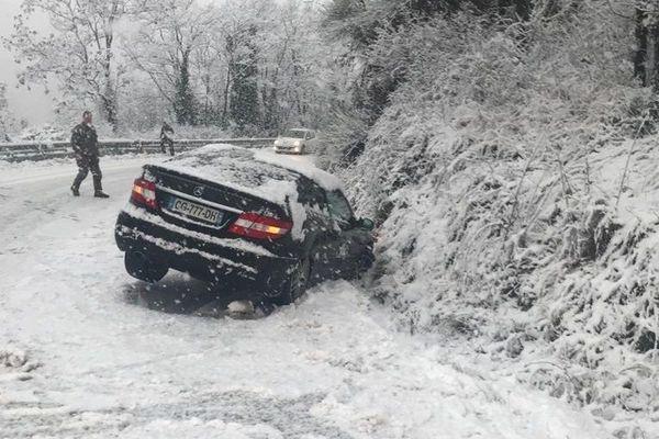 Une voiture s'est encastrée sur le bas côté sur la route de Canjuers.