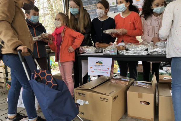 Les enfants de l'école Jacques Prévert de Saint-Jean-de-Braye en train de distribuer des cakes aux étudiants.