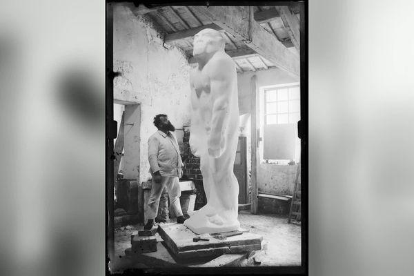 Paul Dardé face à son œuvre dans son atelier dans les années 30