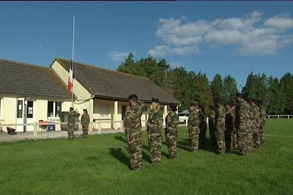 Des jeunes participent à un camp de vacances un peu particulier : un camp militaire.