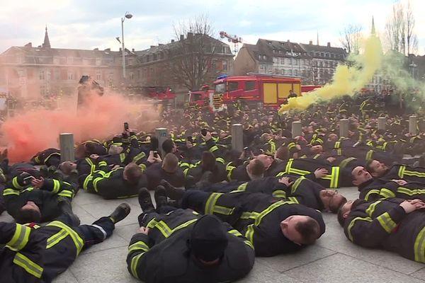 En milieu de parcours, les pompiers se sont allongés devant le palais de justice.
