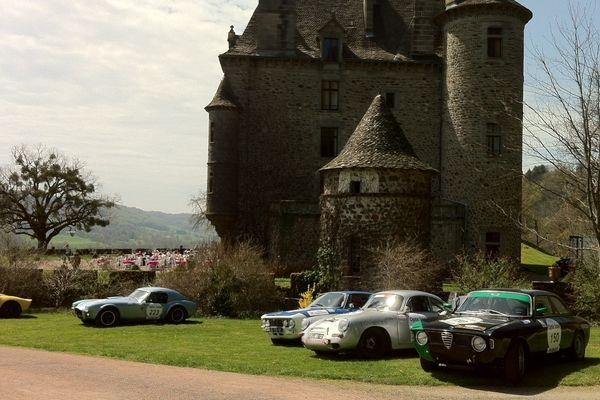 Le Tour Auto 2013 passait par le Château de Pesteils.