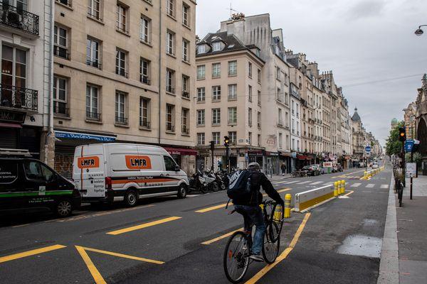 Une piste de vélo temporaire à Paris.
