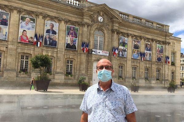 Le docteur Philippe Sebban dont le portrait est affiché sur la façade de la mairie.